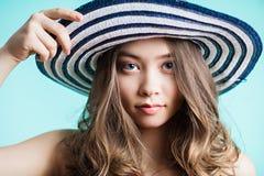 Retrato do chapéu de palha vestindo da mulher consideravelmente alegre no dia morno ensolarado do tempo fotos de stock royalty free