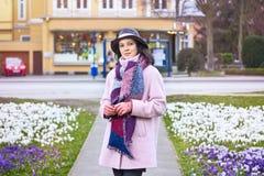 Retrato do chapéu vestindo da mulher bonita nova que anda no spr fotos de stock