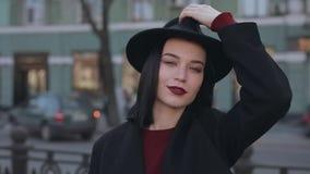 Retrato do chapéu vestindo da mulher vídeos de arquivo