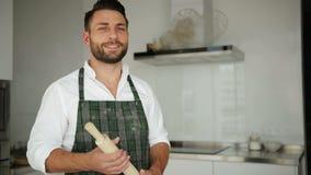 Retrato do chefe de cozinha caucasiano consider?vel novo no avental Ele que fica na cozinha espa?oso moderna de Lighty video estoque