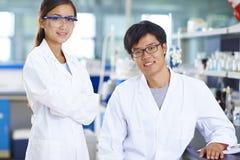 Retrato do cientista do laboratório no laboratório fotografia de stock