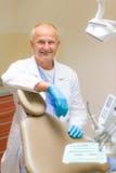 Retrato do cirurgião dental de sorriso maduro Fotografia de Stock