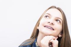 Retrato do close up do adolescente fêmea caucasiano de sorriso com suportes dos dentes imagem de stock