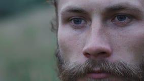 Retrato do close-up do aparte forte beraded do olhar do homem de olhos azuis lentamente vídeos de arquivo