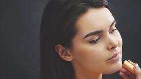 Retrato do close-up A beleza de uma mulher é uma pessoa Modelo novo bonito com pele e o profissional macios, lisos filme