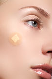 Retrato do close-up da cara da pureza da mulher bonita com composição natural Modelo bonito com pele brilhante limpa Mulher nova  foto de stock