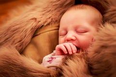 retrato do close up da cara recém-nascida do sono do bebê e a sugação do dedo Foto de Stock Royalty Free