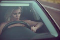Retrato do close up da condução loura bronzeada 'sexy' lindo da senhora Fotografia de Stock Royalty Free