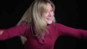 Retrato do close up da dança fêmea caucasiano bonita nova felizmente com excitamento na frente da câmera video estoque