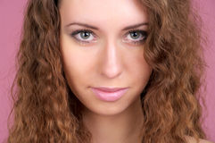 Retrato do close up da fêmea nova bonita foto de stock royalty free