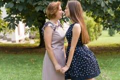 Retrato do close up da filha e da mãe adultas fora A morena bonita e sua mamã estão olhando a câmera no Imagens de Stock