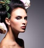 Retrato do close up da jovem mulher bonita com as flores cor-de-rosa em h Imagens de Stock Royalty Free