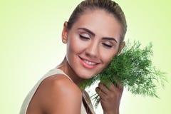 Retrato do close-up da jovem mulher feliz com ervas do pacote (aneto) Fotos de Stock Royalty Free