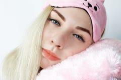 Retrato do close-up da jovem mulher feliz com o cabelo louro que levanta na manhã Mulher de sorriso com máscara do sono, vista su imagens de stock royalty free