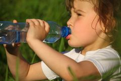 Retrato do close up da menina bebendo na grama Fotos de Stock Royalty Free