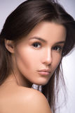 Retrato do close up da menina bonita com pele saudável clara Olhando a câmera sobre o ombro phot perfeito do estúdio do modelo de fotos de stock