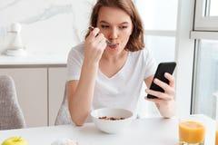 Retrato do close-up da menina bonita que conversa no whi do telefone celular Imagens de Stock