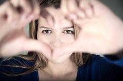 Retrato do close up da menina bonito do jovem adolescente que faz a Fotos de Stock