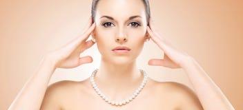 Retrato do close-up da menina caucasiano atrativa com pérolas Foto de Stock
