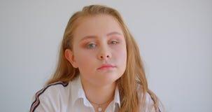 Retrato do close up da menina caucasiano bonita nova que gerencie e que olha a câmera dentro no apartamento video estoque