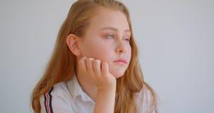 Retrato do close up da menina caucasiano bonita nova que olha a câmera dentro no apartamento vídeos de arquivo