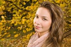 Retrato do close up da menina da forma do outono. Imagens de Stock