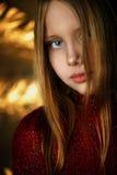 Retrato do close up da menina de sorriso atrativa Fotos de Stock Royalty Free