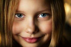 Retrato do close up da menina de sorriso atrativa Foto de Stock Royalty Free