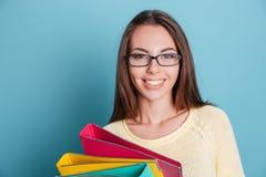 Retrato do close-up da menina de sorriso com pastas coloridas Foto de Stock Royalty Free