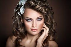 Retrato do close up da menina em um fundo marrom Fotos de Stock Royalty Free