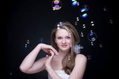 Retrato do close up da menina loura com bolhas de sabão fotografia de stock