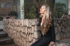 Retrato do close-up da menina do negócio, vestido em um terno de negócio, imagens de stock