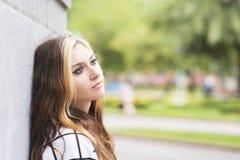 Retrato do close up da menina pensativa bonita que olha afastado no s fotos de stock