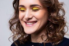 Retrato do close-up da moça bonita com composição e cabelo encaracolado fotografia de stock royalty free