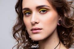 Retrato do close-up da moça bonita com composição e cabelo encaracolado fotografia de stock