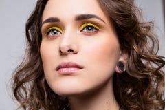 Retrato do close-up da moça bonita com composição e cabelo encaracolado fotos de stock