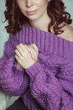 Retrato do close up da mulher bonita com composição, na camiseta de tamanho grande feita malha, roxa, levantando no fundo branco imagem de stock royalty free