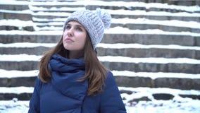 Retrato do close-up da mulher caucasiano de sorriso nova bonita no revestimento, no chapéu e no lenço do inverno Madeira nevado d imagem de stock royalty free