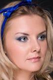 Retrato do close up da mulher da forma com curva azul Imagens de Stock Royalty Free