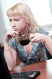 Retrato do close up da mulher de negócio nova bonito foto de stock royalty free