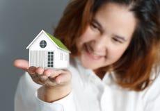 Retrato do close up da mulher de negócio nova bonito Imagens de Stock