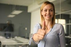 Retrato do close-up da mulher de negócios feliz que gesticula os polegares acima foto de stock royalty free