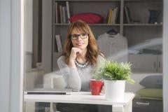 Retrato do close-up da mulher de negócios moderna Imagem de Stock Royalty Free