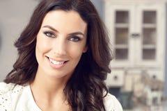 Retrato do close up da mulher de sorriso bonita Fotos de Stock