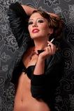 Retrato do Close-up da mulher do encanto com cigarro fotografia de stock royalty free