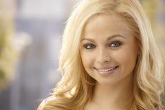 Retrato do close up da mulher loura bonita Fotos de Stock