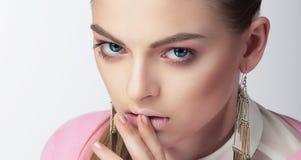 Retrato do close up da mulher nova fotografia de stock