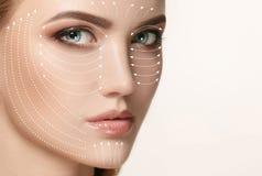 Retrato do close-up da mulher nova, bonita e saudável com as setas em sua cara imagem de stock
