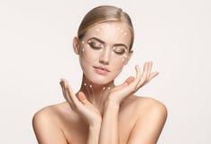 Retrato do close-up da mulher nova, bonita e saudável com as setas em sua cara imagens de stock royalty free