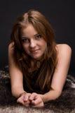 Retrato do close up da mulher selvagem nova na pele Fotos de Stock